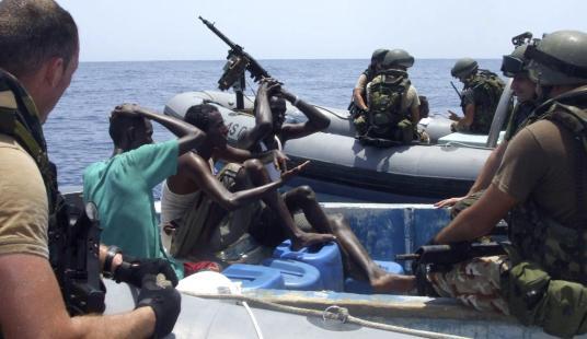 Militares españoles de la fragata Blas de Lezo arrestan a unos piratas en el Golfo de Aden (Reuters) Leer más:  Los piratas somalíes se vuelven pescadores - Noticias de Mundo  http://bit.ly/1ku9CNc