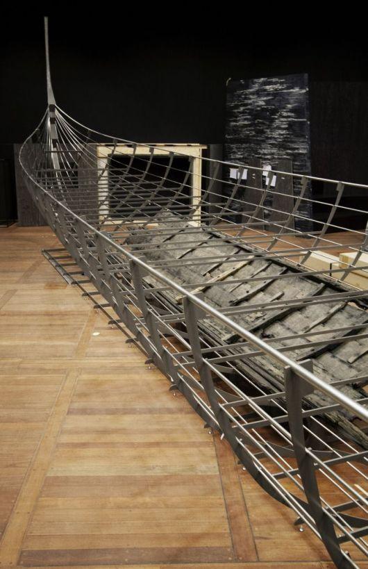 Roskilde 6 es el barco vikingo más antiguo descubierto, y pone el broche final a la muestra del British. Fue construido en el 1025 en Noruega, deliberadamente hundido en Dinamarca a mediados del siglo XI y podía transportar a más de 100 guerreros. La reconstrucción, originalmente expuesta en el Museo Nacional de Dinamarca, mide 37 metros, aunque solo la quinta parte de la estructura es de la madera original. Museo Nacional de Dinamarca