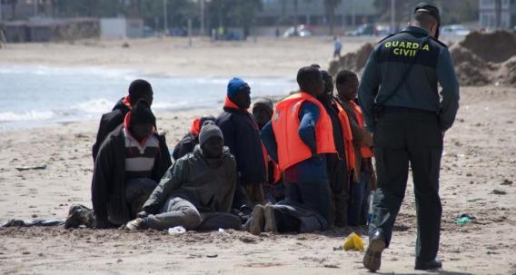 Un grupo de inmigrantes en la playa de Melilla