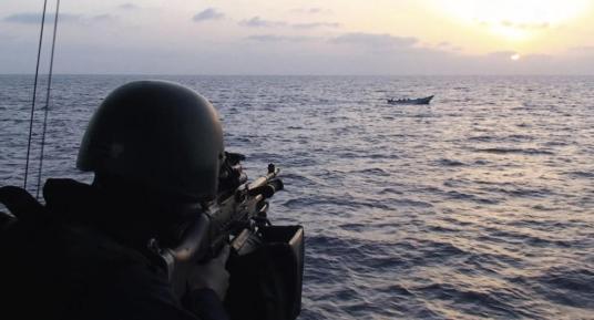 Un soldado a bordo de una corbeta suiza apunta a una embarcación en el Golfo de Aden (Reuters). Leer más:  Los piratas somalíes se vuelven pescadores - Noticias de Mundo  http://bit.ly/1gsXtHq