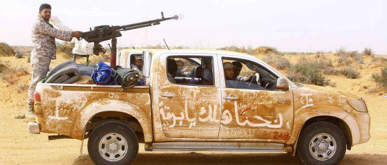 Voluntarios armados se despliegan para proteger los puertos petroleros al este de la ciudad libia de Sirte. / ESAM OMRAN AL-FETORI (REUTERS)