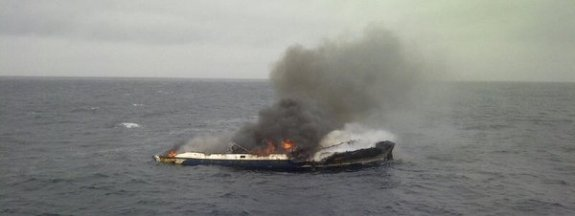 Imagen del pesquero 'L'Escandall', incendiado a 12 millas de Barcelona Salvamento Marítimo
