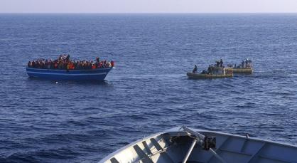 Lanchas neumáticas de la marina italiana se acercan a un bote con inmigrantes. / marina italiana / AP