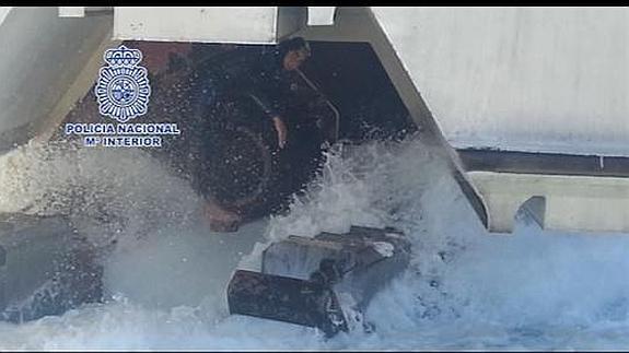 El inmigrante, en los patines del barco.