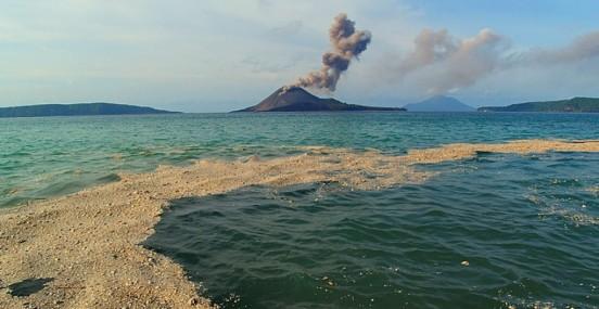 Isla de piedra pómez generada alrededor del volcán indonesio de Rakata. Foto: Cortesía de Marco Fulle (www.stromboli.net