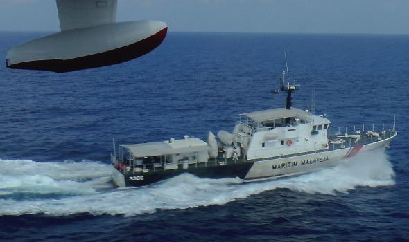 Un buque patrullero de la Agencia de Vigilancia Marítima de Malasia, durante las tareas de localización del avión en la costa de Kelantan, Malasia.