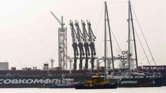 Greenpeace intenta evitar la llegada a puerto de Rotterdam de un petrolero ruso.