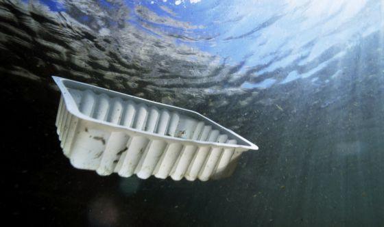 Un recipiente de plástico flota bajo el agua frente a la costa de Marsella. / Sami Sarkis / age fotostock