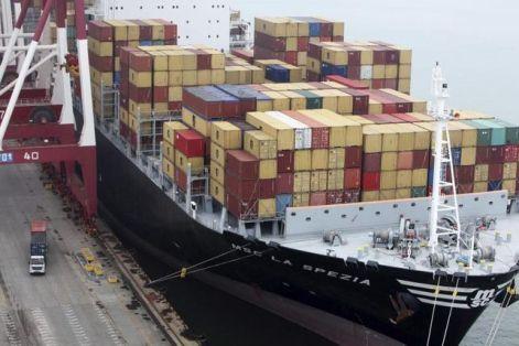 Los contenedores apilados en la proa de un buque.