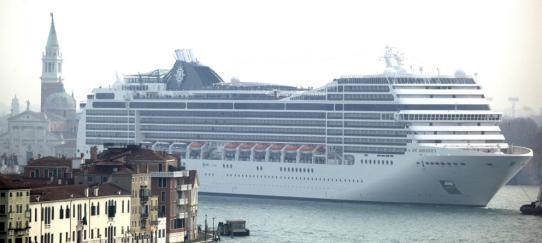 Un crucero navega por el lago de Venecia, cerca de la Plaza de San Marcos (Reuters)
