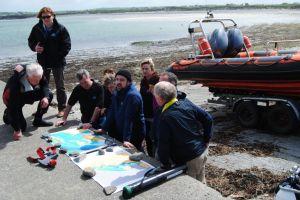 Parte del equipo que busca sacar a flote el 'San Marcos', frente a los acantilados de Moher, en Irlanda.