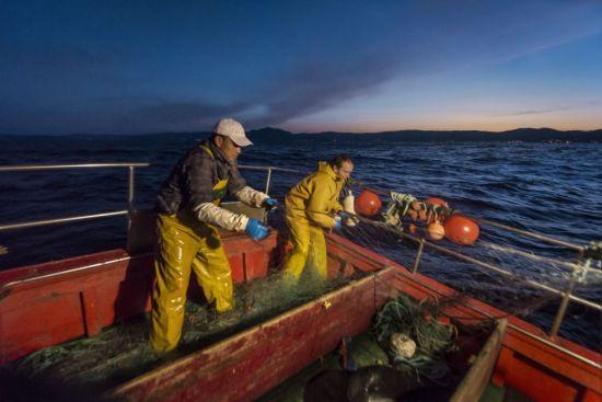 Luis es el líder de la asociación de pequeños armadores Asoar y defiende la pesca artesanal como la más respetuosa con el medio marino. Josué (a la izquierda) es peruano y ha trabajado en grandes barcos pequeros. Asegura que la artesanal es más dura pero no cambiaría la vida tranquila en Galicia por volver a pasar meses en alta mar. ALFREDO CÁLIZ