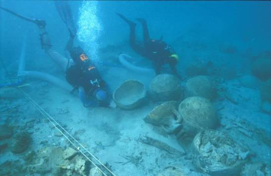 Los investigadores recogen muestras de un pecio romano del siglo I hundido frente a la antigua Lucentum. / LP