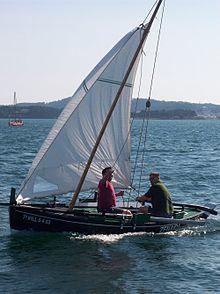 Dorna a navegar con vento de largo por babor A dorna Zenaida navegando polo mar de Cambados