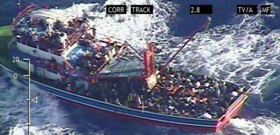 Imagen del barco a la deriva en la costa occidental de Chipre. / AFP
