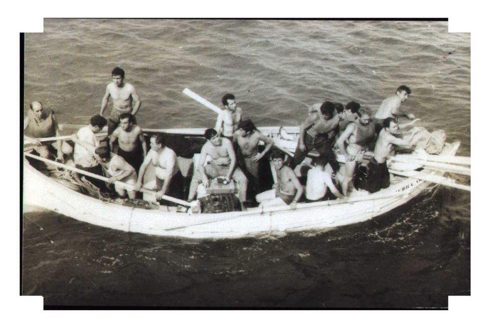 Supervivientes a bordo de un bote salvavidas avistados desde el barco PG Thulin. / Home Tiscali