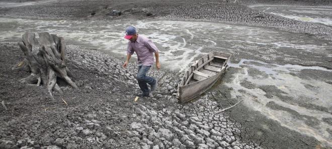 Un hombre camina junto a su barca en el lago Las Canoas, a 59 kilómetros de Managua, en plena sequía causada por El Niño en 2010 (Reuters/Archivo) Leer más:  El Niño amenaza con una rabieta global - Noticias de Mundo  http://bit.ly/1wrLLCP