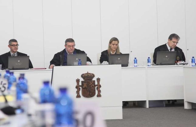 El tribunal que juzgó el accidente del ´Prestige´ en una sesión en A Coruña. víctor echave