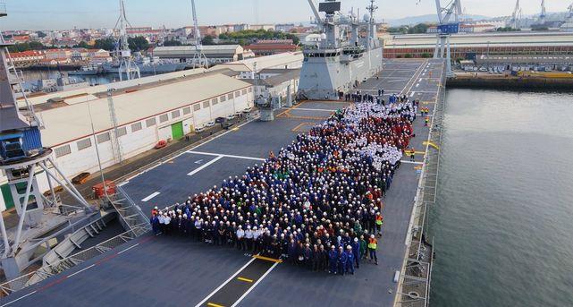 Trabajadores de Navantia en la cubierta del buque Juan Carlos I.