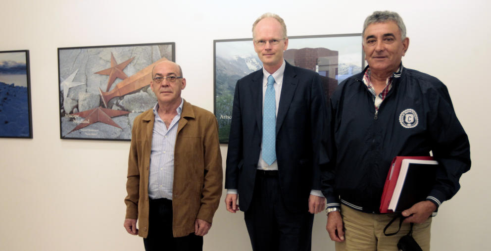 Alberto Paz (izq), junto al embajador de Noruega en España (centro).