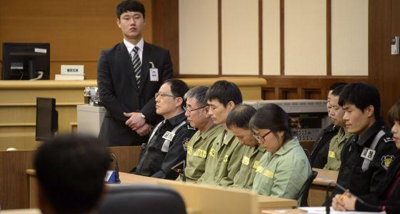 Parte de la tripulación del Sewol, durante la sentencia que les condena a prisión. / POOL (REUTERS)