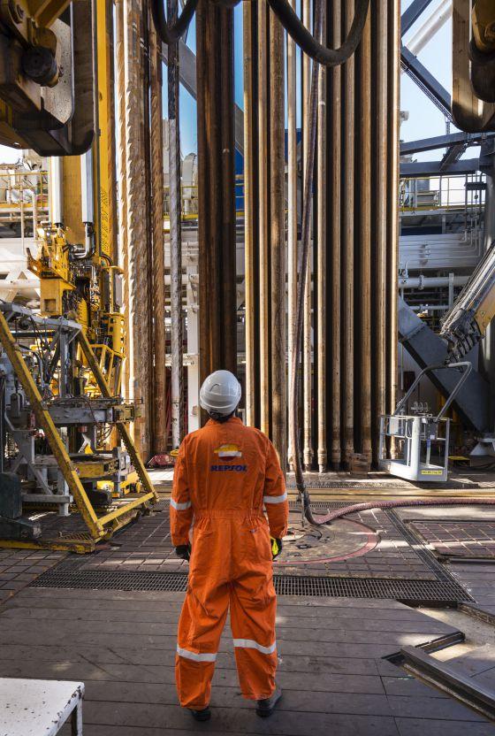 Un operario del barco de prospección contempla el funcionamiento de la torre de perforación. / alfredo cáliz