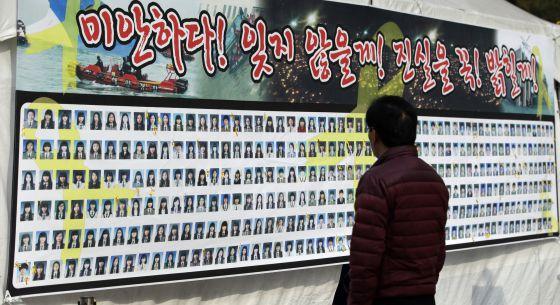 Un hombre observa un cartel con las caras de las víctimas del Sewol. / Lee Jin-man (AP)