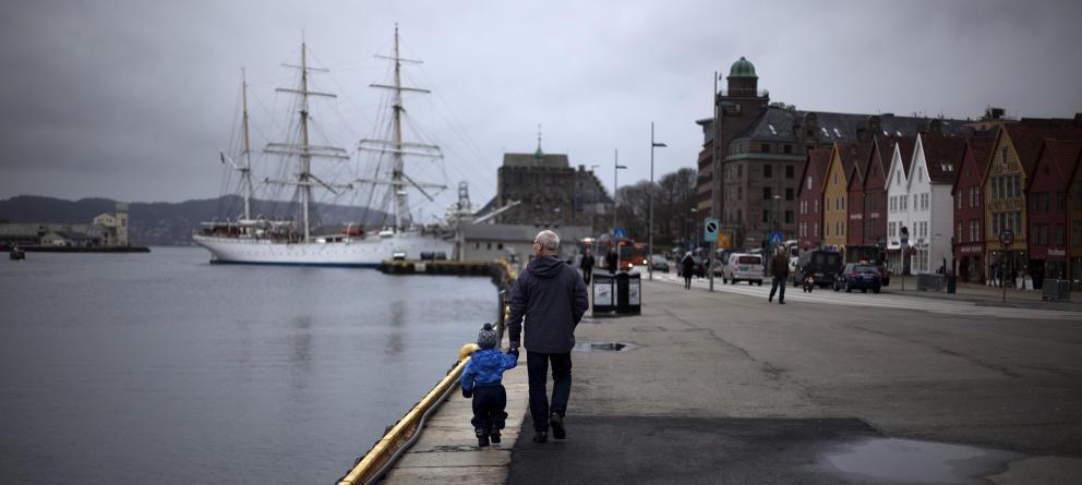 Un hombre camina junto a un niño cerca del centro de Berger, al suroeste de Noruega. (Reuters)