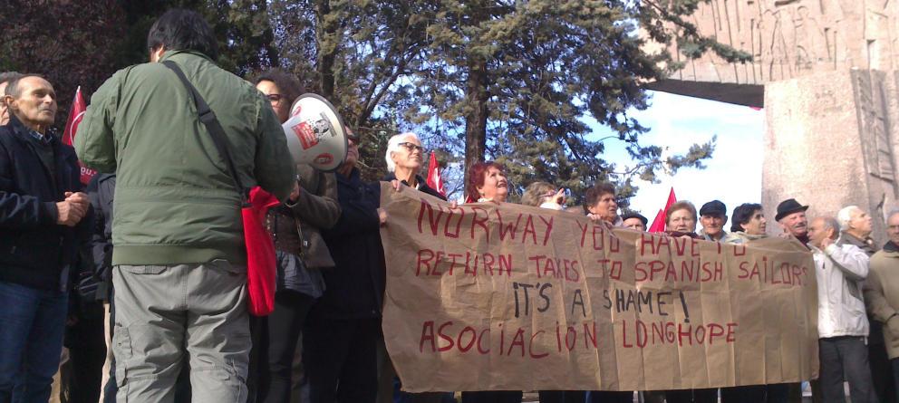 Manifestación de los marineros frente a la embajada de Noruega. (A.Sepúlveda) Leer más:  Noruega cierra la puerta a negociar con los marineros españoles que reclaman sus tasas - Noticias de España  http://bit.ly/1raBugi