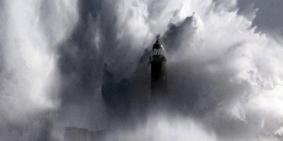 El temporal del pasado febrero dejó un fuerte oleaje en Cantabria. / Esteban Cobo (efe)