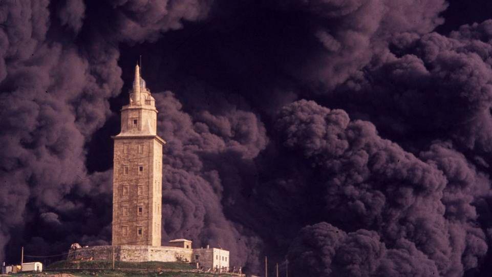 La proa del petrolero se pudre frente a la torre de Hércules. El barco que incendió el mar hace 20 años se resiste a desaparecer. FOTÓGRAFO: OSCAR PARIS. La Voz de Galicia.