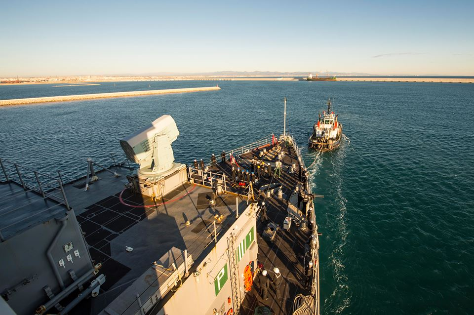 Remolcado y entrando en el puerto de Valencia.