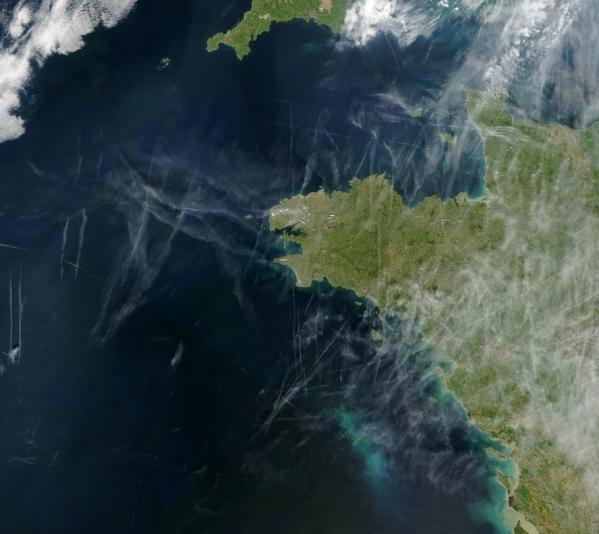 Contrails sobre la bretaña francesa, en Abril de 2004. Foto: Jacques Descloitres NASA/GSFC