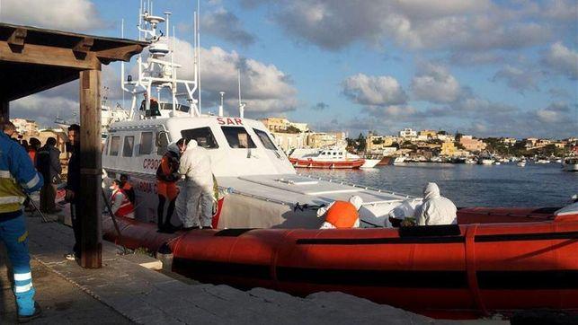 Un barco de la Guardia Costera italiana, con inmigrantes a bordo, llega al puerto de Lampedusa este miércoles. / EFE.