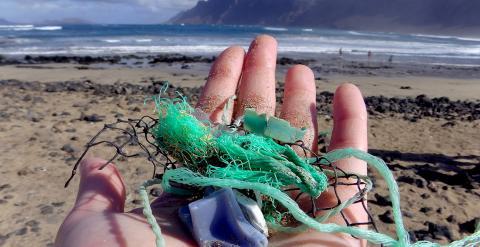 Restos plásticos recogidos en una playa de Canarias durante el estudio realizado en 192 países costeros sobre la contaminación del mar por materiales derivados del petróleo. /MALIN JACOB