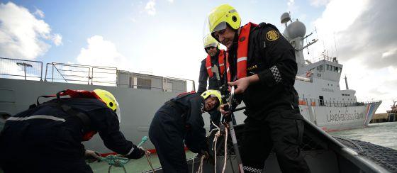 Tripulantes del buque Tyr hacen maniobras junto al navío en Pozzallo, Sicilia, en febrero. / FILIPPO MONTEFORTE (FRANCE PRESSE)