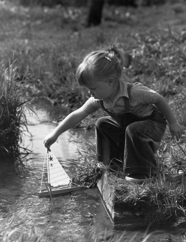 Alrededor de 1945: una niña juega con su barquito. (Foto de Lambert/Getty Images)