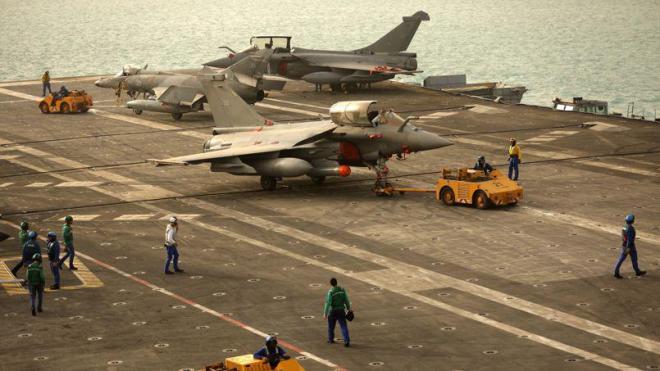 El portaaviones este domingo 22 de febrero en en glolfo pérsico. Foto: Patrck Baz/AFP