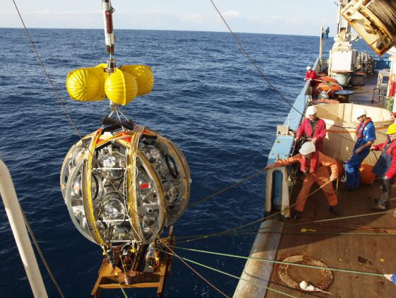 Lanzamiento de los módulos de detección al mar antes de desplegarlos en hileras. / Propriety KM3NeT Collaboration