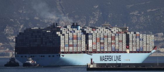 Un navío cargado de contenedores sale del puerto de Algeciras. / A. CARRASCO (EFE)