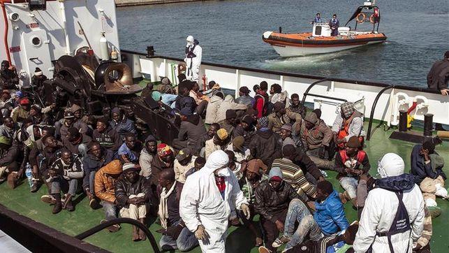 Un grupo de inmigrantes rescatado por la embarcación RBD a su llegada  al puerto de Corigliano Calabro (Italia)/ Efe