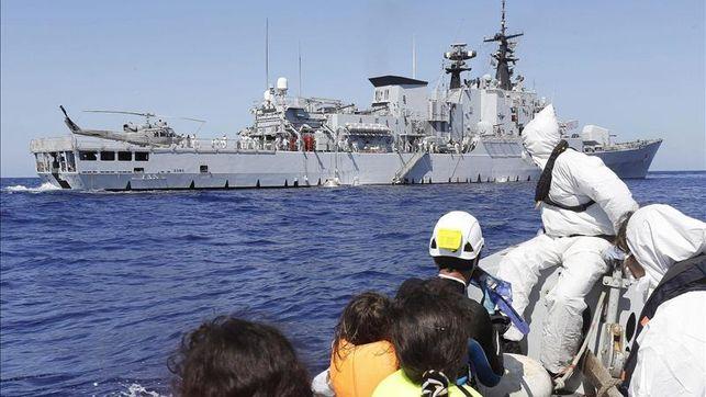 """Una fragata italiana que participaba en la operación """"Mare Nostrum"""" en aguas del Canal de Sicilia. / Efe"""