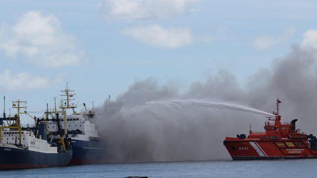 Incendio de un pesquero en el Muelle Reina Sofía. (CIRENIA VICO)