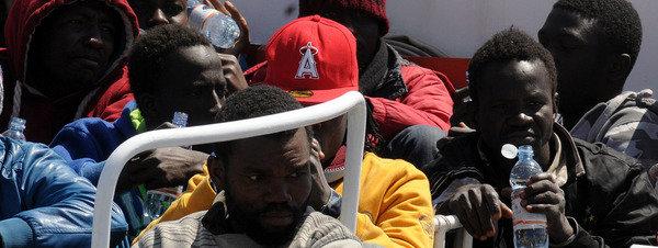 Inmigrantes clandestinos llegados al puerto de Palermo tras ser rescatados del mar AP / Alessandro Fucarini
