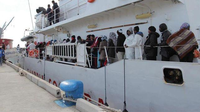 Varios inmigrantes desembarcan tras rescatados por el servicio de Guardacostas de Italia/ Efe
