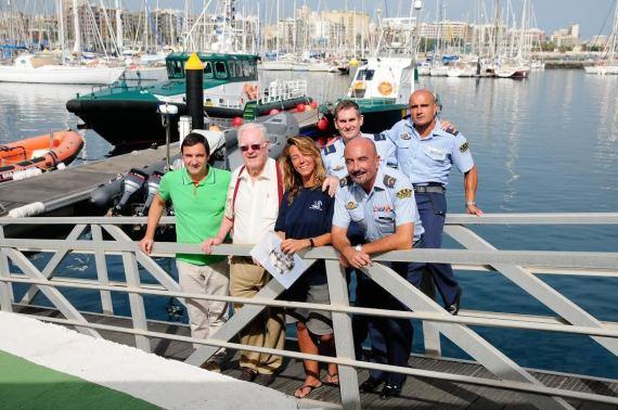 Rafael del Castillo, segundo por la izquierda, junto a la joven italiana a la que salvaron