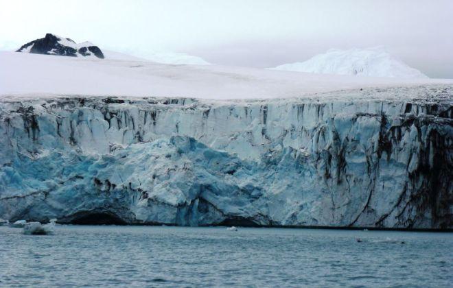 Muchos de los glaciares antárticos están siendo socavados por la acción del agua más cálida del mar. / Alba Martin-Español