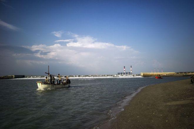 Pescadores de Tragadi Bandar salen al mar. / Sami Siva (ICIJ)