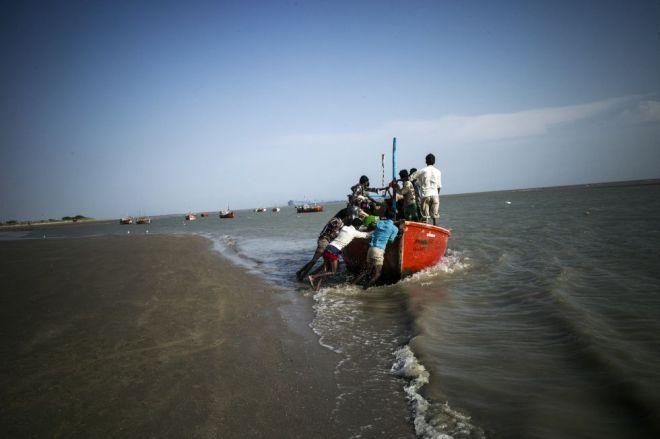 Pescadores de Tragadi Bandar salen al mar. Dicen que el agua desechada por la hidroeléctrica llega aún demasiado caliente al mar y eso impacta en el ecosistema marino. / Sami Siva (ICIJ)