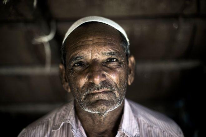 Sidik Kasam Jam en su casa de Kutadi Bandar. Su familia y otras de la comunidad han pescado en esta zona desde hace generaciones y dice que la construccion de la planta de Tata ha dañado su medio de vida / Sami Siva (ICIJ)